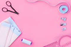 Hobby szy z nicią, nożyce, tkanina lifestyle Różowy tło odgórnego widoku egzamin próbny up fotografia royalty free