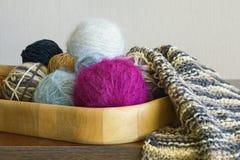 Hobbybegrepp Bollar av ull och oavslutat handarbete i trämagasinet royaltyfria foton