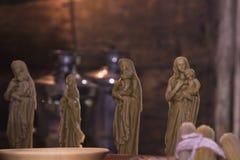 Hobbyer och kreativitet, hantverk Tro och religion, kristendomen Stearinljusdiagram av helgon från bivaxen som göras av händer i  arkivfoton
