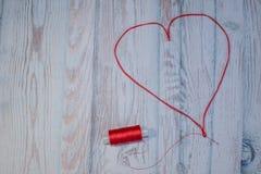 Hobbys en ambachtenconcept, hart van rode draden stock afbeelding