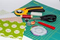Hobbysammansättning av patchworken som vadderar instrument, objekt och f Arkivfoto