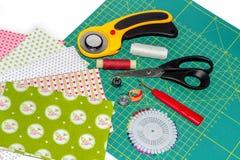 Hobbysammansättning av patchworkinstrument, objekt och tyger Royaltyfri Fotografi