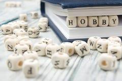 HOBBYwoord op houtsnede wordt geschreven die Houten ABC Stock Foto's