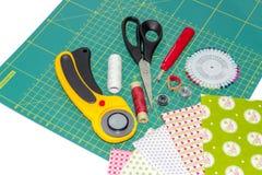 Hobbyzusammensetzung von steppenden Instrumenten, von Einzelteilen und von Geweben Lizenzfreies Stockfoto