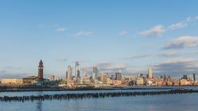 Hoboken drevstation i nytt - ?rml?s tr?ja med sikt av midtownen Manhattan royaltyfria foton