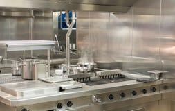 Hobs de aço inoxidável modernos na cozinha comercial imagem de stock royalty free