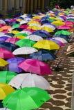 Hoch über den Regenschirmen Stockfotografie