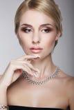 Hoch entwickelte aristokratische vornehme Dame mit perliger Halskette Lizenzfreies Stockfoto