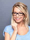 Hoch entwickelte blonde Frau mit dem Brillenlächeln Stockfotografie