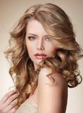 Hoch entwickelte Frau mit perfekter Haut und dem flüssigen blonden gesunden Haar Lizenzfreie Stockbilder