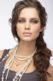 Hoch entwickelte Frau mit Verzierung - perlige Halskette stockbild