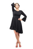 Hoch entwickelte lateinische Frau im schwarzen Kleid mit der Hand auf dem Kopf, der oben schaut Fantasiekonzept Lizenzfreies Stockfoto