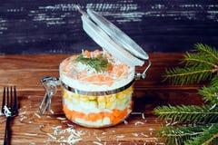 Hoch entwickelter Lachssalat mit Parmesankäse und Gabel auf einem hölzernen Hintergrund Stockbild