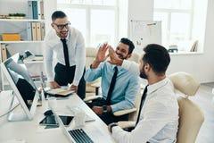 Hoch fünf für Erfolg stockbilder