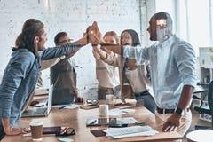 Hoch--fünf! Gruppe Geschäftskollegen, die hoch--f sich geben stockfoto