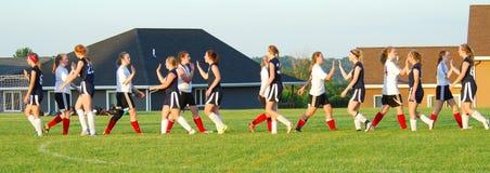 Hoch--fives für alle am Ende eines Mädchenfußballspiels stockfoto