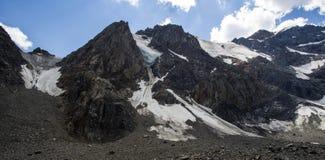 Hoch im Gebirgsgletscher und im blauen Himmel lizenzfreie stockbilder
