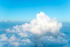 Hoch im Himmel, einige schöne Wolken Lizenzfreies Stockfoto
