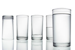 Hoch leeren Sie sich, halbes und volles Glas Wasser auf Weiß mit Stockbilder