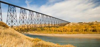 Hoch qualifizierte Brücke bei Lethbridge stockfotografie