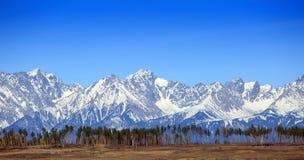 Hoch Schnee-mit einer Kappe bedeckte Berge Stockfotografie