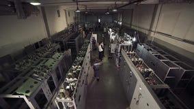 Hoch-Winkel geschossen von der elektrischen Fabrik und von den Arbeitskräften stock video footage