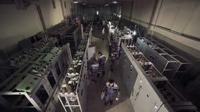 Hoch-Winkel geschossen von der Fabrikpersonalfunktion stock video footage