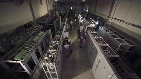 Hoch-Winkel schoss von den Arbeitern, die mit Stromzählern arbeiten stock footage