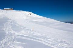 HOCH-YBRIG, ШВЕЙЦАРИЯ - 26-ое февраля 2015 - лыжники катаясь на лыжах на sk Стоковые Фотографии RF