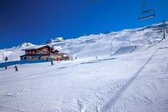 HOCH-YBRIG, SUÍÇA - 26 de fevereiro de 2015 - esquiadores que esquiam na SK Imagens de Stock