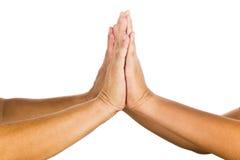 Hoch--zehn Geste durch feiernde Zweipersonenleistung Stockfotografie