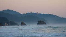 Hochauflösender Film des Zusammenstoßens bewegt Audio im Kanonen-Strand Oregon mit Heuschober-Felsen entlang Pazifischem Ozean 19 stock footage