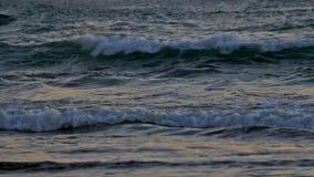 Hochauflösender Film des Zusammenstoßens bewegt Nahaufnahme mit Audio im Kanonen-Strand Oregon entlang Pazifischem Ozean 1080p we stock video