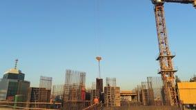 Hochbaustandort des hohen Turms Großer industrieller Kran Luftbrummenansicht Metropolenstadtentwicklung stock footage