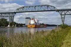 Hochdonn - cargueiro em Kiel Canal sob a ponte da estrada de ferro foto de stock royalty free