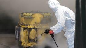Hochdruckreinigung in der Fabrik Arbeitskraft säubert Lkw-Motor Hochdruckreinigung Arbeitskraft in der weißen schützenden Uniform stock video footage