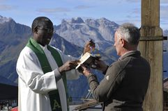 Hochfirst: Godsdienstige bergceremonie in Montafon-vallei met a stock foto's