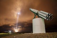 Hochfliegende Rakete der Feuerspur Stockfotografie