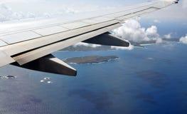 Hochfliegendes Hoch über dem Meer lizenzfreie stockbilder