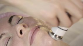Hochfrequenzbehandlung Kosmetiker tut Rf-anhebendes Verfahren für eine Frau in einem Schönheitssaal stock footage