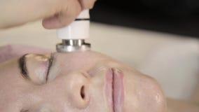 Hochfrequenzbehandlung Kosmetiker tut Rf-anhebendes Verfahren für eine Frau in einem Schönheitssaal stock video footage