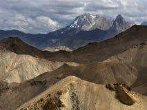 Hochgebirge an einem bewölkten Tag: gelbe Berge zum Vordergrund stellen mehrfarbige Streifen, zur hohen Vorderspitze mit a her Lizenzfreie Stockfotografie