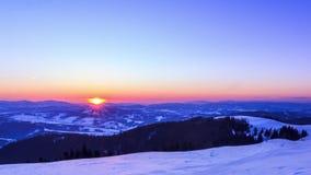 Hochgebirge-Tal bedeckt durch Schnee stock footage