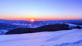 Hochgebirge-Tal bedeckt durch Schnee stock video
