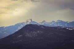 Hochgebirge-Tal bedeckt durch Schnee Stockfotos