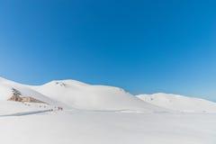 Hochgebirge unter Schnee mit klarem blauem Himmel Lizenzfreies Stockfoto