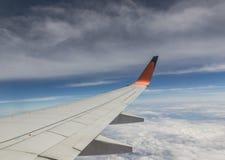 Hochgelegener Flug auf blauen Himmeln Stockfoto