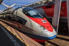 Hochgeschwindigkeits-Sapsan-Zug auf einer Plattform an Lenigradsky-Eisenbahn sta Stockbild