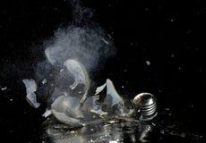 Hochgeschwindigkeitsbild des zerbrochenen hellen bul Lizenzfreie Stockfotografie