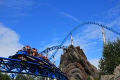 Hochgeschwindigkeitsfahrt der blauen Feuerachterbahn Lizenzfreies Stockfoto